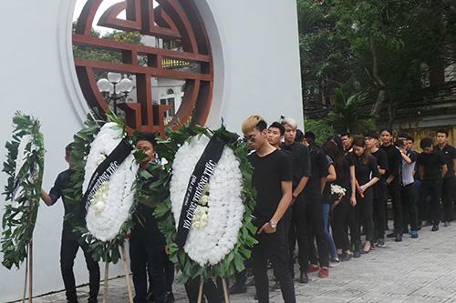 Chùm ảnh: Giới Vlog nhòa lệ vào viếng đám tang Toàn Shinoda - Ảnh 15