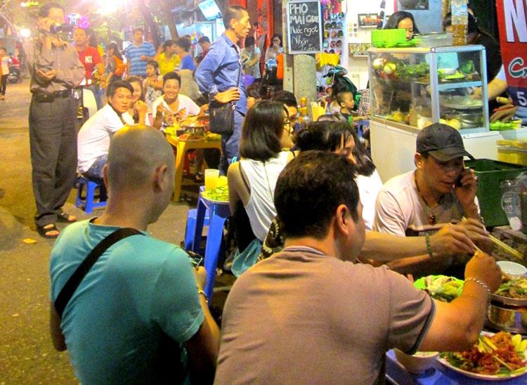 Cận cảnh những quán ăn phố cổ thu bạc triệu mỗi ngày - Ảnh 3
