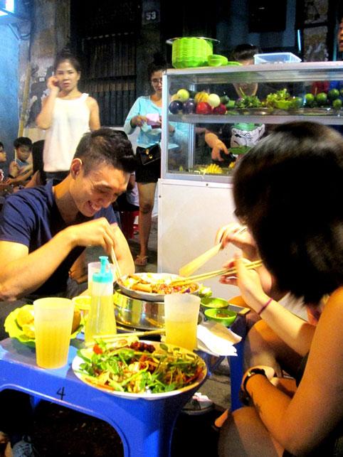 Cận cảnh những quán ăn phố cổ thu bạc triệu mỗi ngày - Ảnh 4