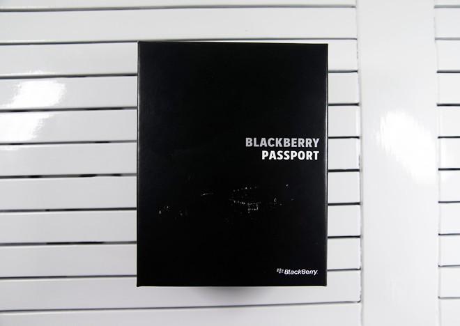 Mở hộp BlackBerry Passport màu trắng tại Việt Nam - Ảnh 1
