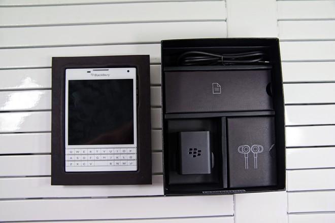 Mở hộp BlackBerry Passport màu trắng tại Việt Nam - Ảnh 2