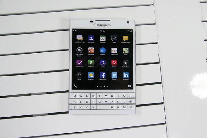 Mở hộp BlackBerry Passport màu trắng tại Việt Nam - Ảnh 3