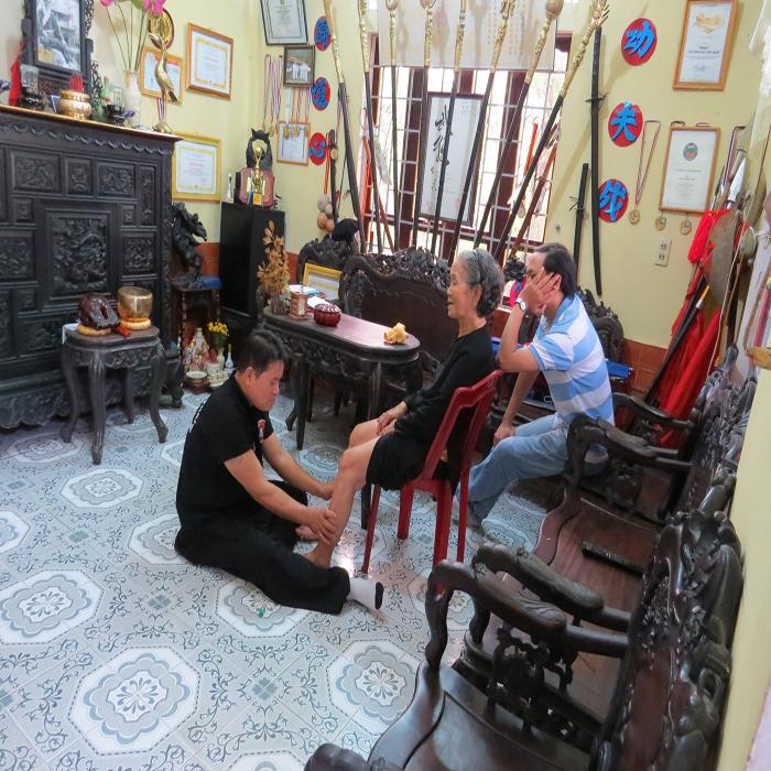 Hành hiệp y thuật cứu người và mang tinh hoa võ Việt ra thế giới - Ảnh 1