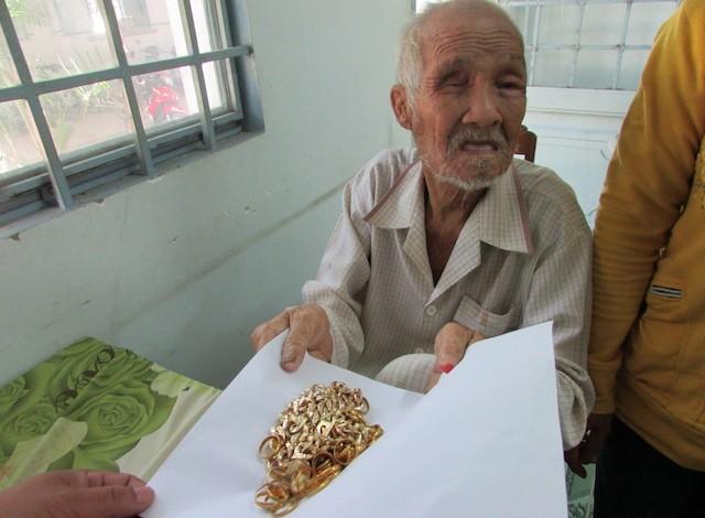 Người hành khất 'tỷ phú' được trả lại gần 10 lượng vàng - Ảnh 2