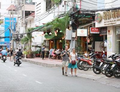 Độc chiêu cướp ở phố Tây: Nữ làm quái xế, nam ngồi sau động thủ - Ảnh 1