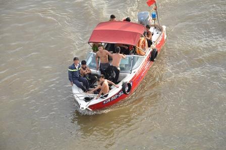 Ngăn cô gái lao theo bạn trai xuống sông Sài Gòn - Ảnh 1
