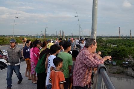 Ngăn cô gái lao theo bạn trai xuống sông Sài Gòn - Ảnh 3