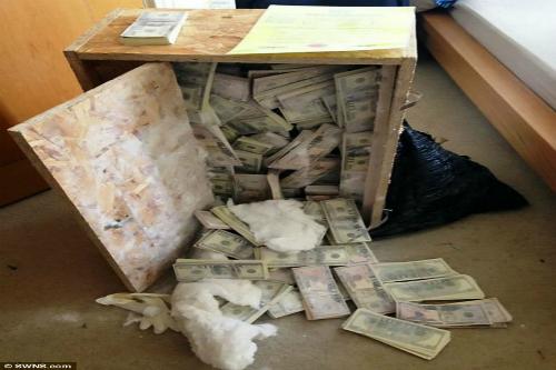 Làm phim, phát hiện 8,5 triệu USD giấu thùng gỗ cũ nát  - Ảnh 1