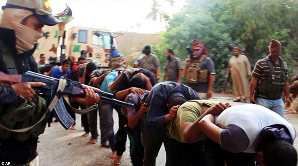 Khủng khiếp hình ảnh chiến binh ISIL sát hại binh sĩ Iraq - Ảnh 1