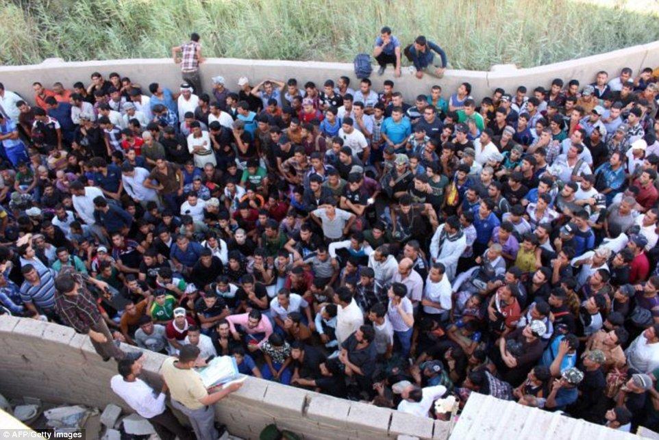 Khủng khiếp hình ảnh chiến binh ISIL sát hại binh sĩ Iraq - Ảnh 6