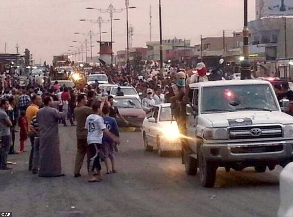Khủng khiếp hình ảnh chiến binh ISIL sát hại binh sĩ Iraq - Ảnh 7