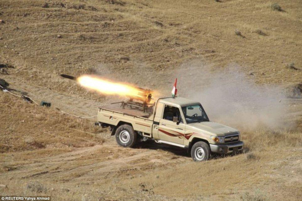 Khủng khiếp hình ảnh chiến binh ISIL sát hại binh sĩ Iraq - Ảnh 8