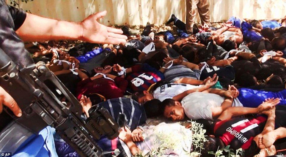 Khủng khiếp hình ảnh chiến binh ISIL sát hại binh sĩ Iraq - Ảnh 4