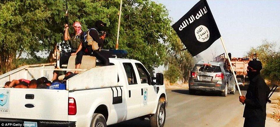 Khủng khiếp hình ảnh chiến binh ISIL sát hại binh sĩ Iraq - Ảnh 2