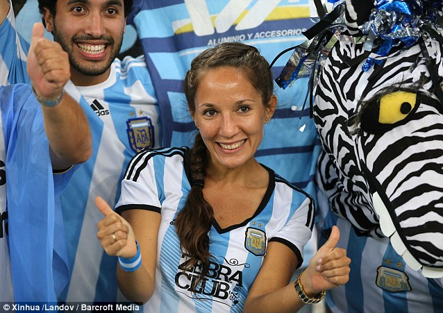 Cổ động viên nữ đội tuyển Brazil lên ngôi nữ hoàng World Cup 2014 - Ảnh 11