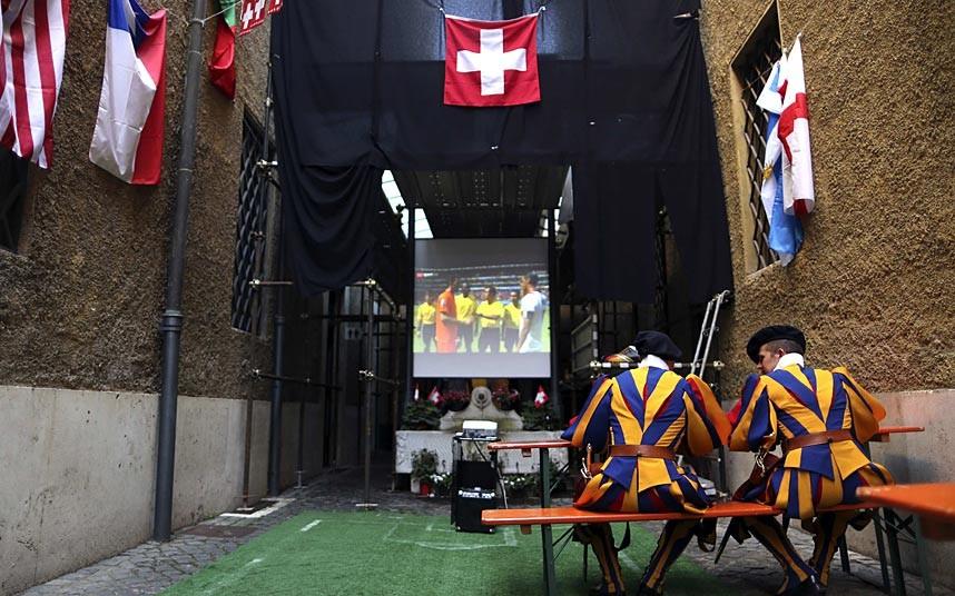 Muôn kiểu xem World Cup của người hâm mộ trên thế giới - Ảnh 2