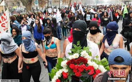 Chile: Sinh viên cởi đồ đòi cải cách giáo dục - Ảnh 3