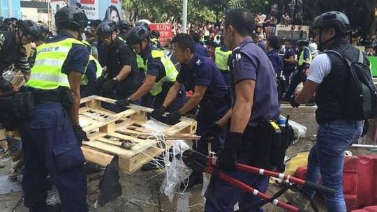 Cảnh sát Hong Kong bắt giữ hàng chục người biểu tình quá khích - Ảnh 1