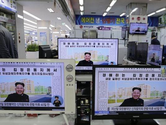 """BBC: Ảnh ông Kim Jong Un chống gậy có thể là """"cảnh diễn"""" - Ảnh 1"""