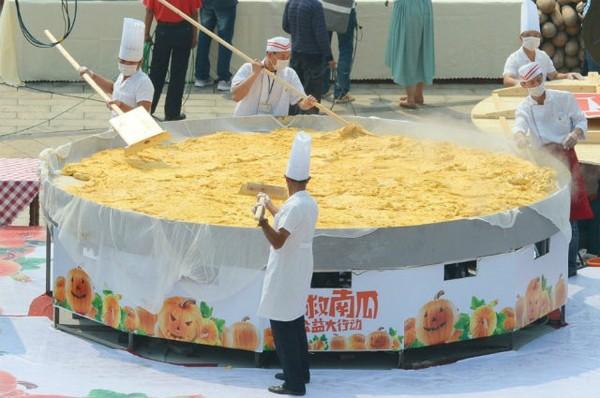 40 đầu bếp tạo nên chiếc bánh bí ngô khổng lồ nặng 845kg - Ảnh 1