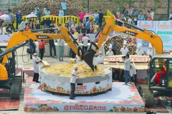 40 đầu bếp tạo nên chiếc bánh bí ngô khổng lồ nặng 845kg - Ảnh 2