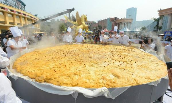 40 đầu bếp tạo nên chiếc bánh bí ngô khổng lồ nặng 845kg - Ảnh 4