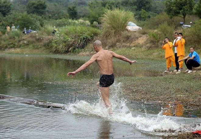 Võ tăng Thiếu Lâm phá kỷ lục chạy trên mặt nước - Ảnh 2