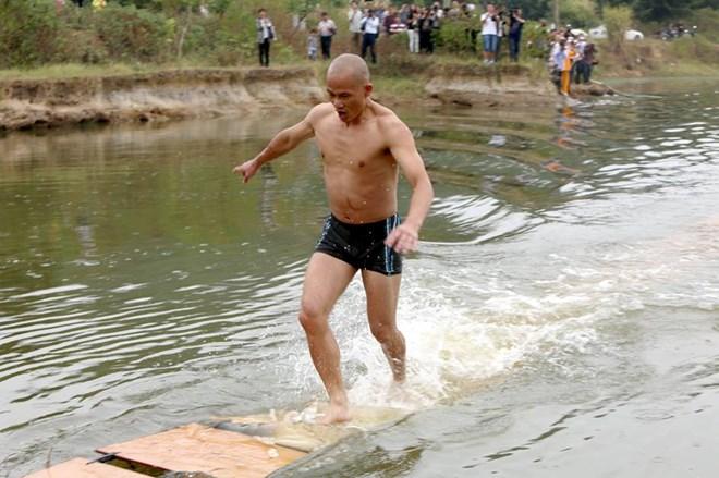 Võ tăng Thiếu Lâm phá kỷ lục chạy trên mặt nước - Ảnh 3