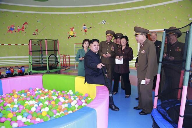 Nhà lãnh đạo Kim Jong-un thăm trại trẻ mồ côi ở Bình Nhưỡng - Ảnh 2