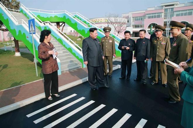 Nhà lãnh đạo Kim Jong-un thăm trại trẻ mồ côi ở Bình Nhưỡng - Ảnh 7