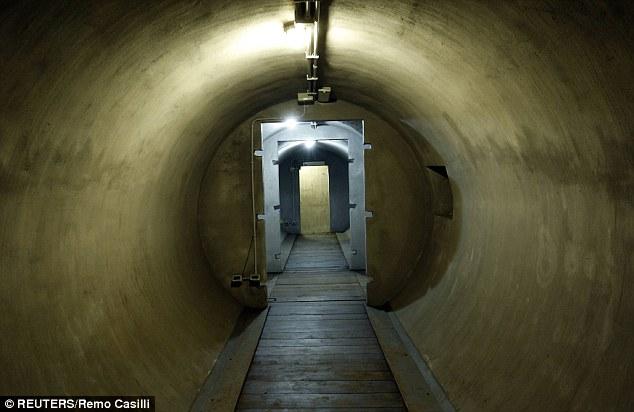 Khám phá căn hầm trú ẩn tuyệt mật của trùm phát xít Mussolini - Ảnh 1