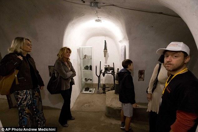 Khám phá căn hầm trú ẩn tuyệt mật của trùm phát xít Mussolini - Ảnh 9