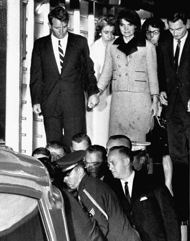 Chùm ảnh: Toàn cảnh vụ ám sát Tổng thống Kennedy - Ảnh 7