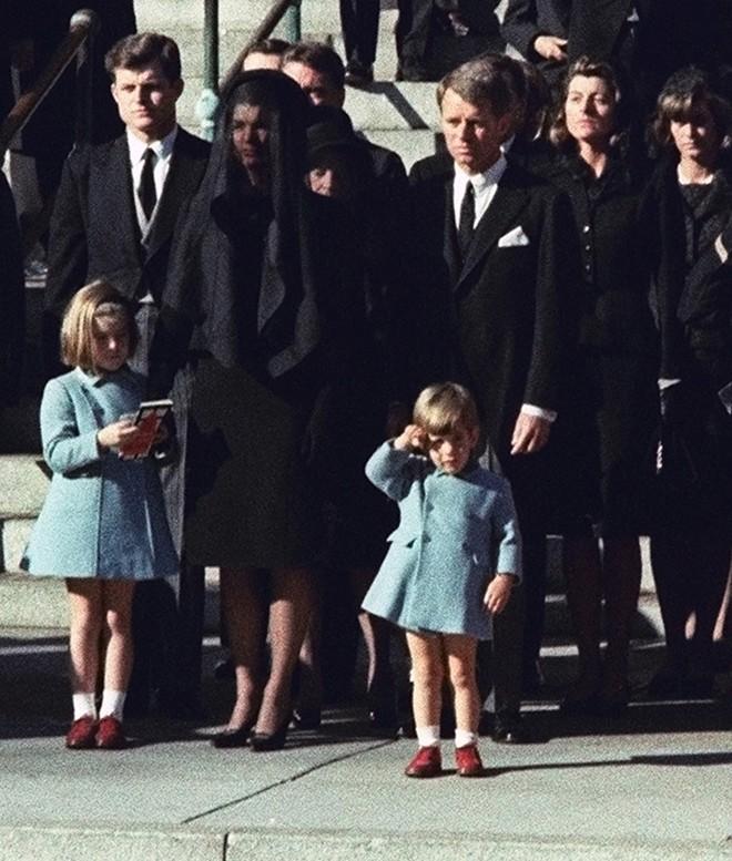 Chùm ảnh: Toàn cảnh vụ ám sát Tổng thống Kennedy - Ảnh 10