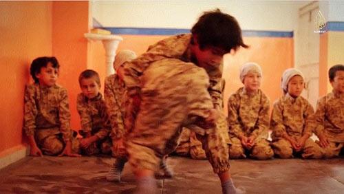 Hãi hùng cảnh IS huấn luyện chiến binh trẻ em - Ảnh 5