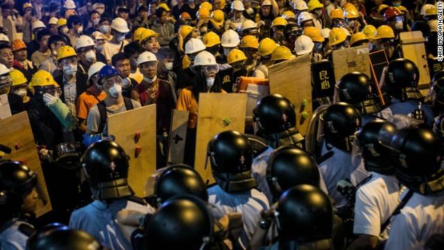 Hong Kong giải tỏa đường phố ở Mong Kok, bắt giữ hàng chục người - Ảnh 1