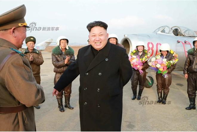 Nhà lãnh đạo Kim Jong-un chụp ảnh cho nữ phi công quân sự - Ảnh 3