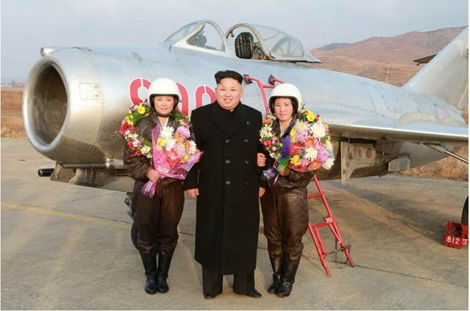 Nhà lãnh đạo Kim Jong-un chụp ảnh cho nữ phi công quân sự - Ảnh 2