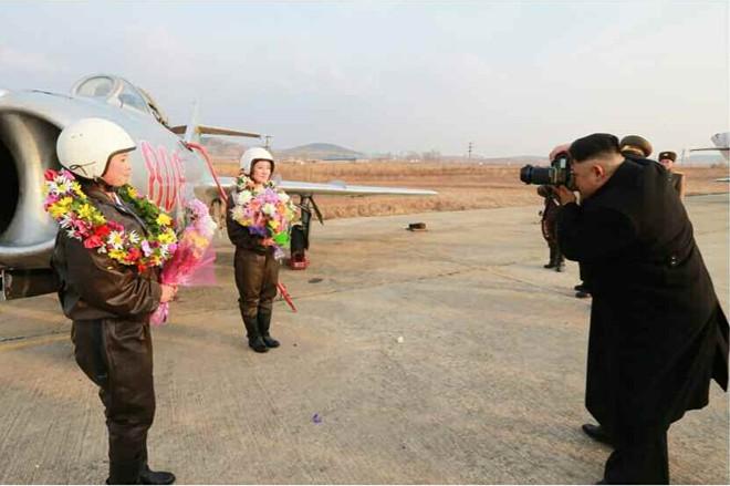 Nhà lãnh đạo Kim Jong-un chụp ảnh cho nữ phi công quân sự - Ảnh 1