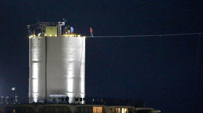 Phá kỷ lục bịt mắt đi dây qua hai tòa nhà cao tầng ở Mỹ - Ảnh 8