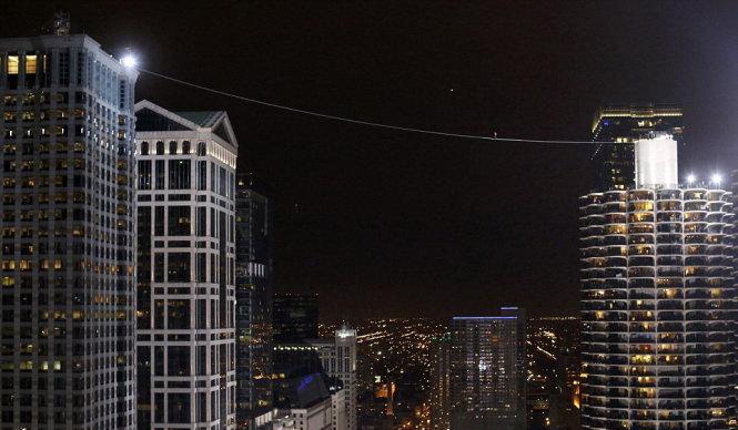 Phá kỷ lục bịt mắt đi dây qua hai tòa nhà cao tầng ở Mỹ - Ảnh 1