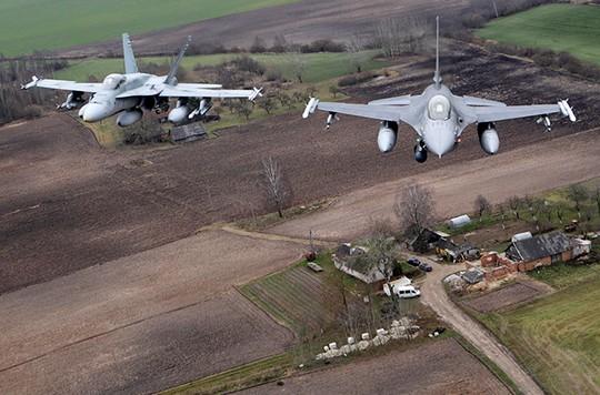 NATO tăng cường hoạt động quân sự sát biên giới Nga - Ảnh 1