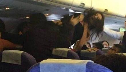 Trung Quốc: Hành khách nữ túm tóc, đánh nhau ngay trên máy bay - Ảnh 1
