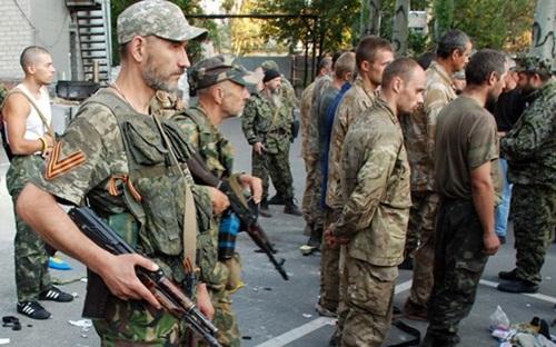 Ukraine và lực lượng ly khai miền đông trao đổi hàng trăm tù nhân - Ảnh 1