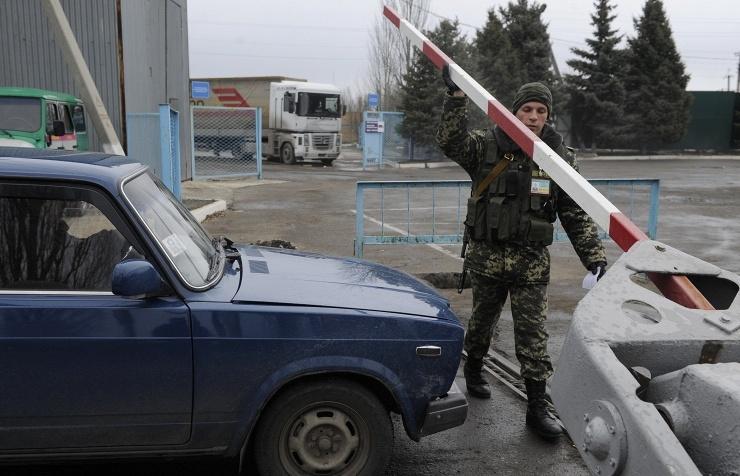 Ukraine mở cửa trở lại biên giới với Crimea - Ảnh 1