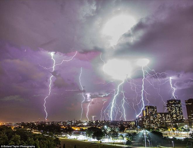 Hình ảnh đáng sợ về những tia sét trong cơn bão ở Sydney - Ảnh 2