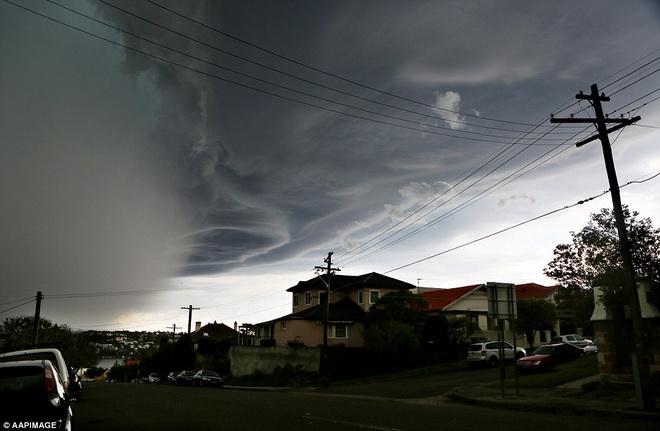 Hình ảnh đáng sợ về những tia sét trong cơn bão ở Sydney - Ảnh 7