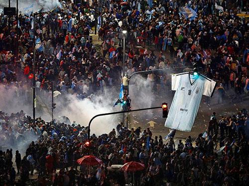 Bạo loạn bùng phát ở Argentina sau trận chung kết World Cup - Ảnh 1