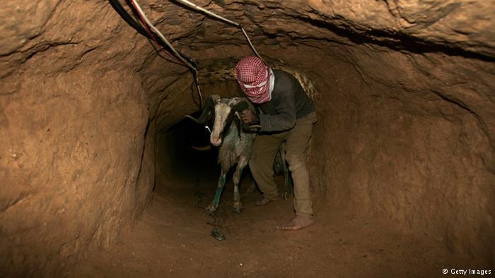 Khám phá bên trong đường hầm bí mật của Hamas ở Gaza - Ảnh 1