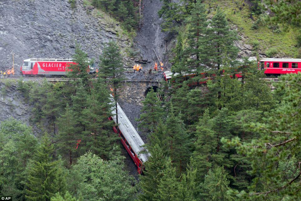 Đoàn tàu chở 200 hành khách trật bánh trước khe núi ở Thụy Sỹ - Ảnh 1